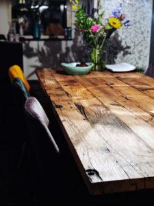 tafel gemaakt van barnwood planken
